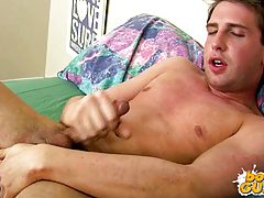 Guy cums all over himself